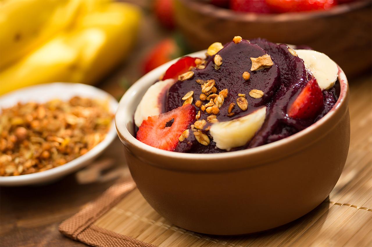 fast-acai-na-tigela-com-frutas-morango